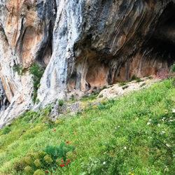 Γραμμένες Σπηλιές (πάνω από το χωριό Κομποτάδες)
