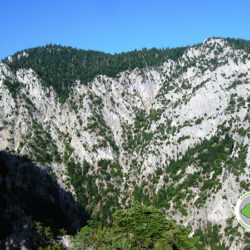 θέα προς Κυραμόραχη στο φαράγγι Κάκαβου